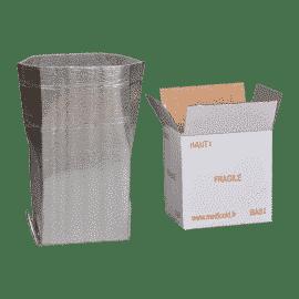 Habillage Isotherme ISOPRO®, protection isotherme pliée et insérée dans un carton. Fournis sous forme de kit comprenant : Un habillage ISOPRO®, Une caisse en carton, et des briquettes réfrigérantes : Froid « Positif » plateau de restitution à +0,3°C, pour les produits du secteur du médical et de la santé